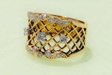 """""""טבעת שקיבלתי במתנה מאמא שלי, והיא קיבלה אותה במתנה מאבא שלי, ז""""ל, שנפטר לפני שש שנים וחצי"""" (צילום: ענבל מרמרי)"""