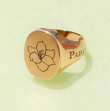 """""""מאוחר יותר גם בחרתי לקעקע את הפרח הזה על היד שלי, כך שהוא חלק ממני גם כשהטבעת לא על האצבע"""" (צילום: ענבל מרמרי)"""