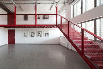 """אחד מגרמי המדרגות הצדדיים הוא אדום. """"שובר את המונוכרומטיות"""" (צילום: טל ניסים)"""