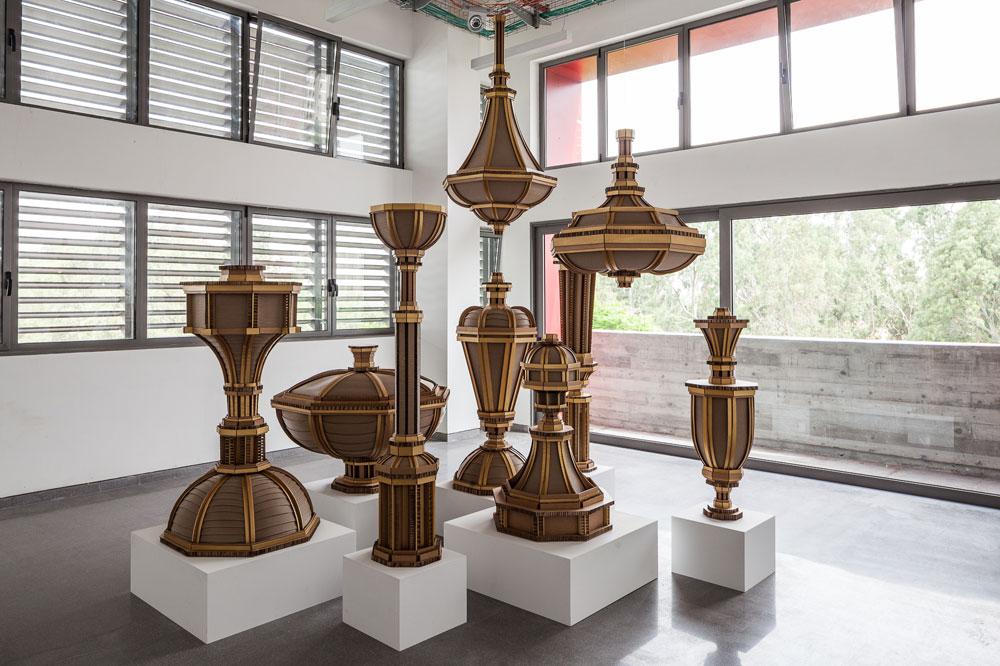 """בסטודיו שבקומה השלישית מוצגת עכשיו עבודת הקרטון """"תכשיטים אדריכליים"""" של אליאן לולה קצ'קה. את המרפסת עם המשקוף האדום אפשר לראות מהחזית (צילום: טל ניסים)"""