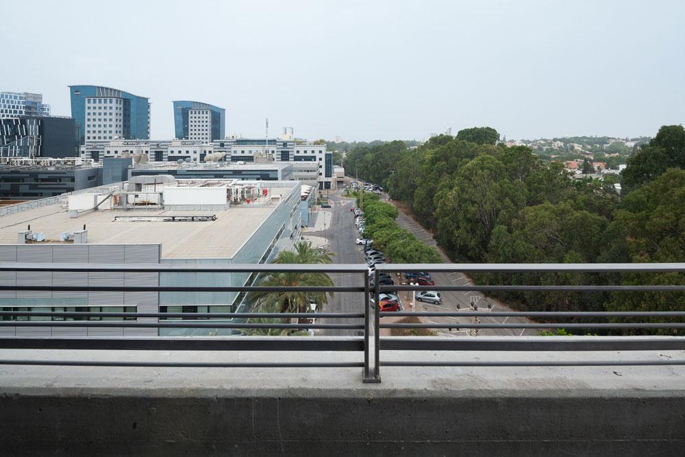 הנוף מהגג. בית הספר עשוי לתת זריקת מרץ למתחם המנומנם, שמאכלס בעיקר עובדי הייטק מעונבים (צילום: טל ניסים)