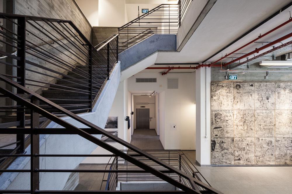 במבני ציבור רבים כבר אין חדר מדרגות, אבל כאן הוא דומיננטי במיוחד. הקירות שמקיפים את המדרגות תוכננו בקפידה והם תומכים למעשה במבנה כולו, שבחלליו אין עמודים (צילום: טל ניסים)
