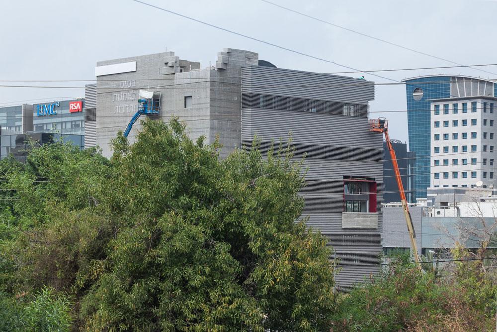 הבטון הגלוי מקבל ביטוי גם בחזיתות הבניין, והחלונות מקורים ברפפות אלומיניום שהרוחב שלהן דומה לזה של פסי הבטון. באחת מפינות הגג יש אבנים שמסודרות בצורה אקראית (צילום: טל ניסים)