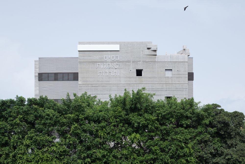 """הבניין החדש של בית הספר: שבע קומות, 2,840 מ""""ר. תוכנן על ידי תוכנן על ידי האדריכלים ורדינה רודי, ארנון ניר וישי ברסלואר ובשיתוף המעצבת הגרפית ענת סאקס (צילום: טל ניסים)"""