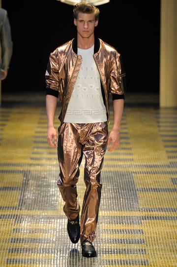 ורסאצ'ה. מכנסיים מבריקים וז'קט תואם (צילום: gettyimages)
