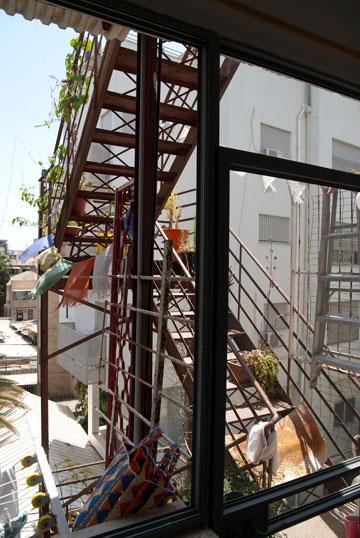 מדרגות החירום הישנות מובילות מהדירה לגג (צילום: שי בן אפריים)