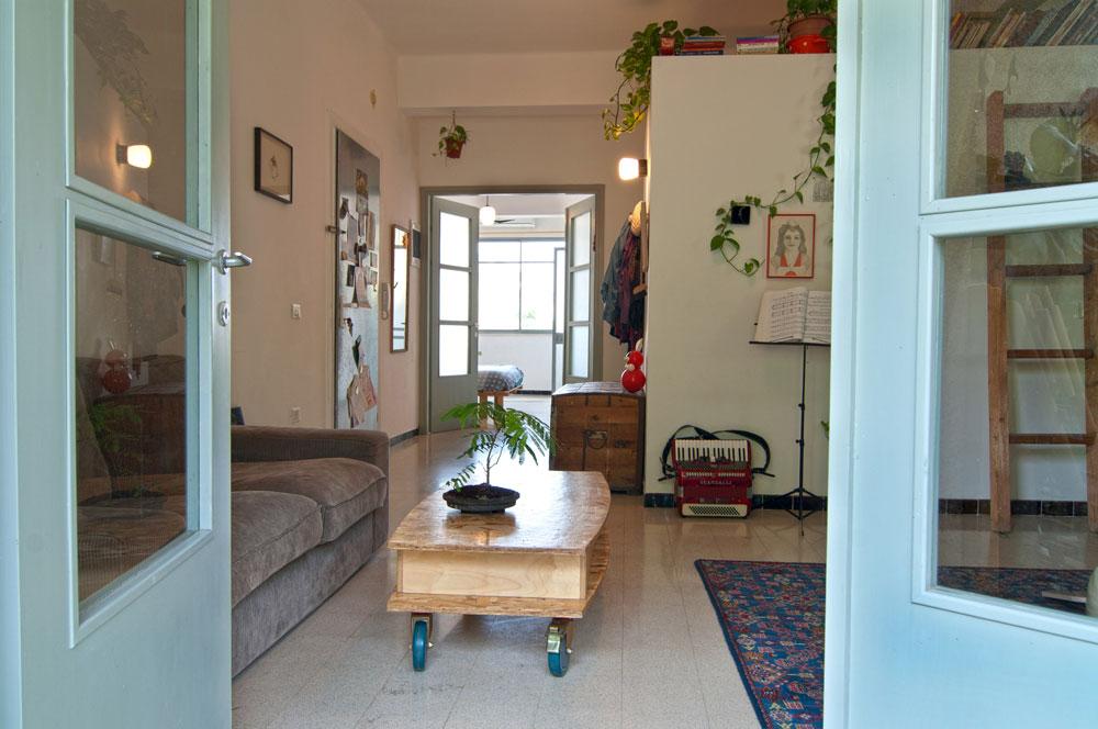 מבט מהמרפסת אל הכניסה ומעבר לה, אל חדר השינה הגדול שמשמש זוג ותינוק (צילום: שי בן אפריים )