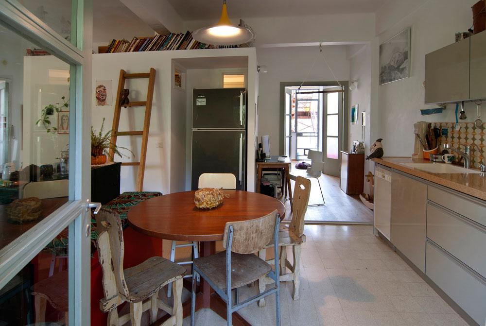 מבט מהמרפסת אל המטבח, פינת העבודה, חדר הילדה ומעבר לה מדרגות החירום שמאפשרות גישה ישירה מהדירה אל הגג (צילום: שי בן אפריים )