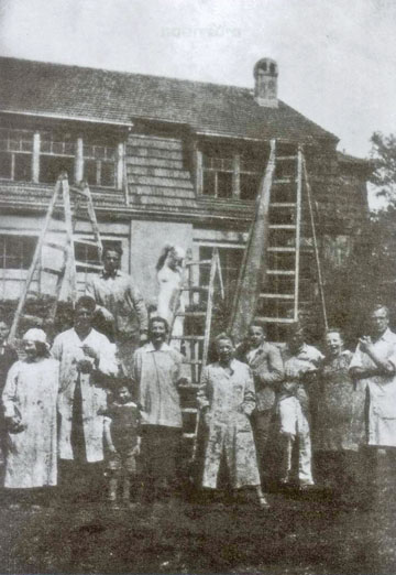 סטודנטים בחזית בניין הסדנאות הראשון, 1920. מתוך הספר המתורגם לעברית