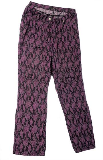מכנסי ג'ינס בהדפס ורוד זברה של עונות. ''יש לי בארון בגדים בכל מידה, מ-38 ועד 48'' (צילום: דלית שחם )