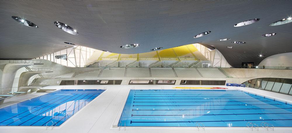 מרכז השחייה האולימפי, שהקמתו הושלמה כבר באוגוסט אשתקד, מאפשר ליותר מ-17 אלף צופים להתבונן בתחרויות מקרוב. תכנון: זאהה חדיד (באדיבות Zaha Hadid Architects)