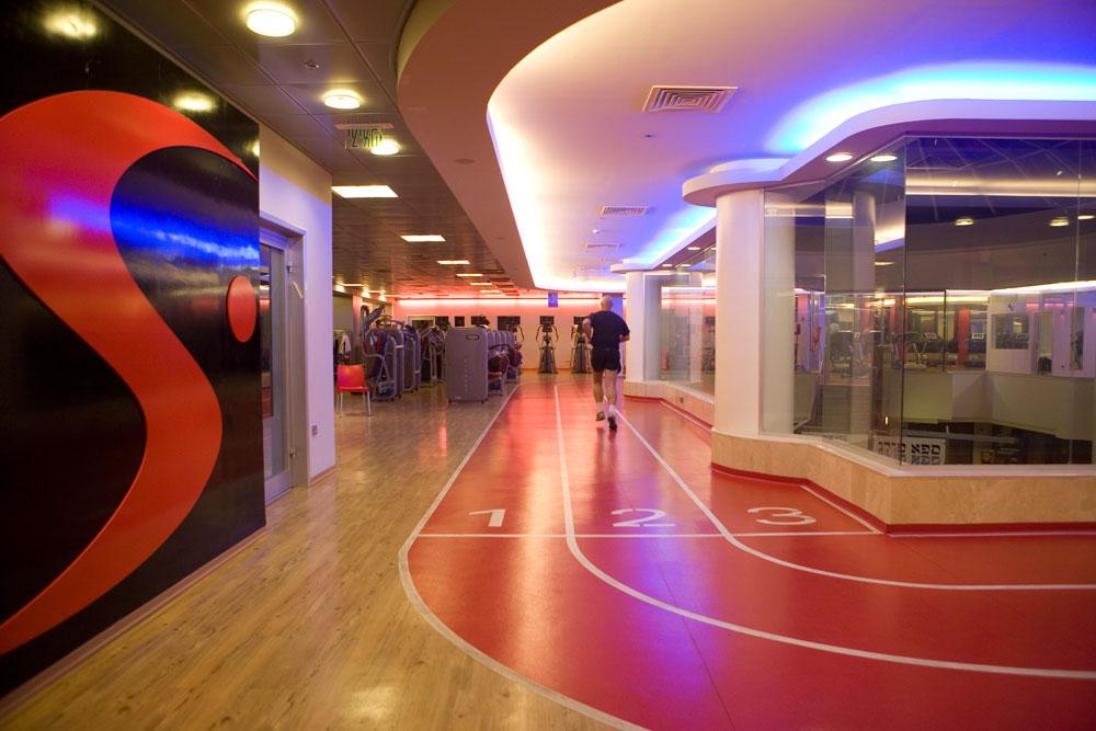 ברוח האולימפיאדה: מסלול ריצה באמצע חדר הכושר ''סוויפט פולג''. עיצוב: קרן טל. תאורה היא אלמנט חשוב בחלל (צילום: גידי בועז)