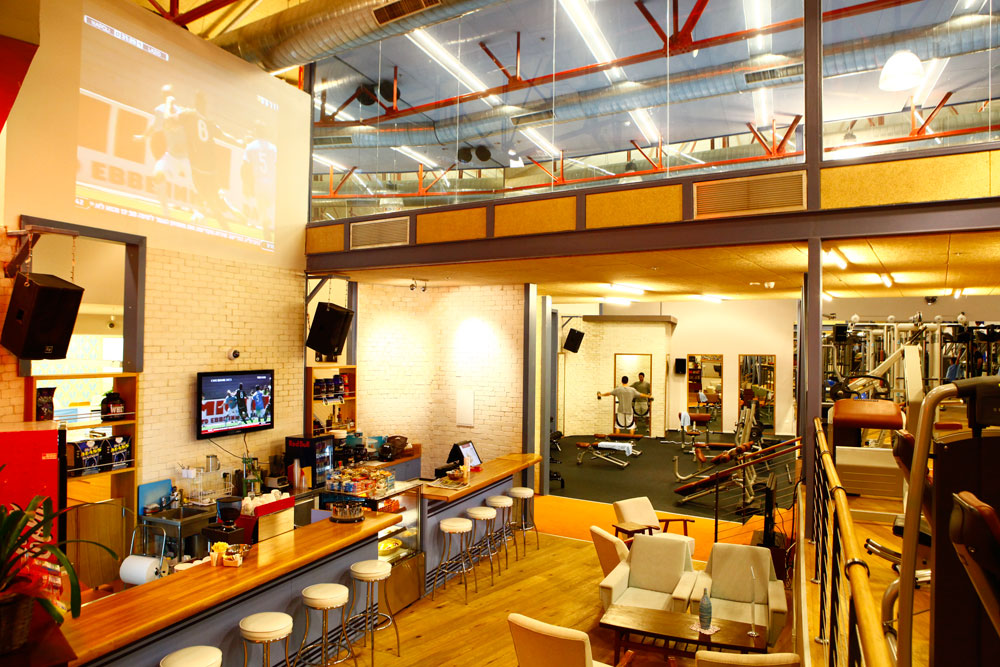 שכונתי: חדר הכושר במה שהיה פעם קולנוע פאר בצפון תל אביב. המעצב מיכאל אזולאי שמר על אווירת רטרו ביתית (צילום: דרור סיתהכל)