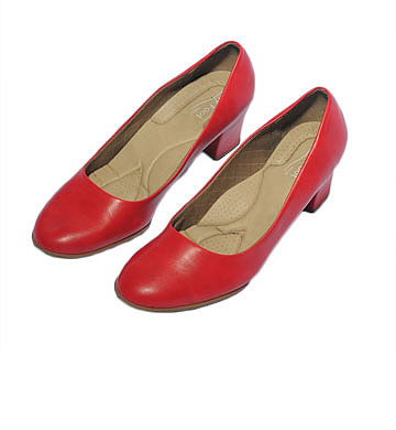 נעלי עקב אדומות של Fly Foot. ''יש לי אותן בשחור, בשחור לכה ובאדום'' (צילום: דלית שחם )