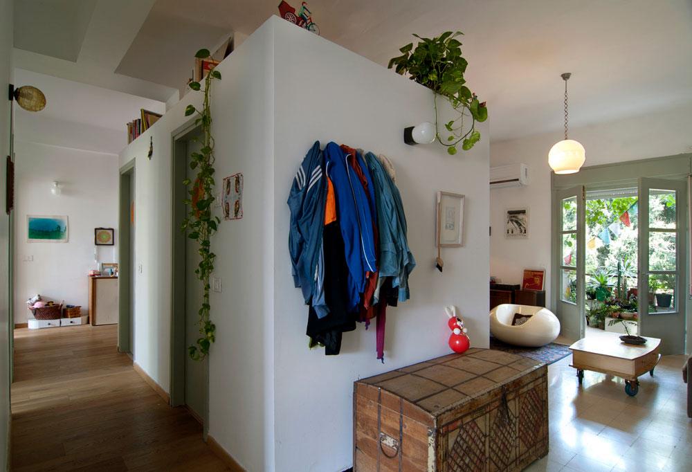 חדרי הרחצה והשירותים הועברו למרכז הדירה, כדי לפנות מקום לחדרים מסביב. הקובייה לא מגיעה לתקרה, מה שמאפשר זרימת אוויר טובה יותר וחלון בתקרת חדר הרחצה, שדרכו חודר אור (צילום: שי בן אפריים )
