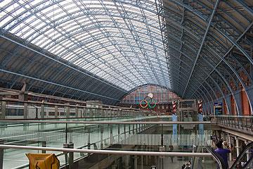 לונדון לובשת חג: הסמל האולימפי בתחנת הרכבת סנט פנקראס (צילום: ארן סלע)