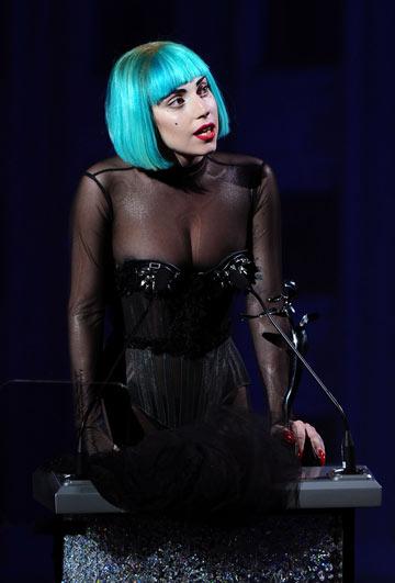 ליידי גאגא בטקס פרסי ה-CFDA. מקדימה היא דווקא נראית לבושה (צילום: gettyimages)