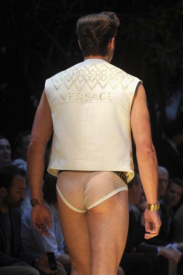 תחתונים שקופים לגברים. תצוגת אביב-קיץ 2013 של ורסאצ'ה (צילום: gettyimages)
