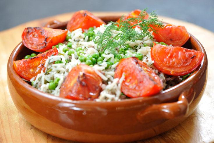 אורז עם בשר טחון, אפונה ועגבניות צלויות (צילום: דודו אזולאי)