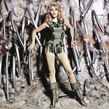 פונדה והתלבושת שהיוותה השראה לחיל האמזונות של קדאפי. ברברלה