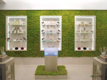 חנות עם קיר שלם של אריחי טחב (צילום: כורש בית לעיצוב)