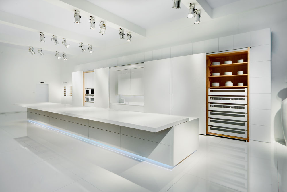 מטבח שכולו מחופה לוחות דקיקים של ''אבן קיסר''. כשהדלתות סגורות המטבח נראה חלק לגמרי, נטול אלמנטים פונקציונליים (צילום: באדיבות אבן קיסר)