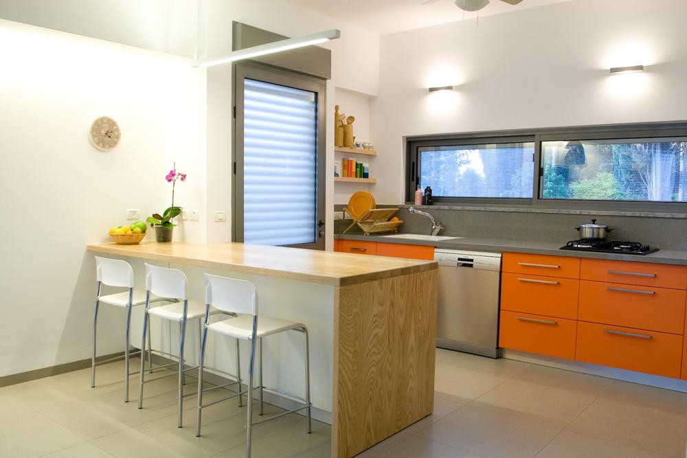 תקציב הבית היה צנוע, וכך תוכנן גם הפנים. הרצפה חופתה גרניט-פורצלן אפור ונבחרה סקלת צבעים מונוכרומטית, למעט ''זריקות'' מרעננות של כתום, במטבח ובחדרי הרחצה (צילום: לוסיאנו סנטנדראו)