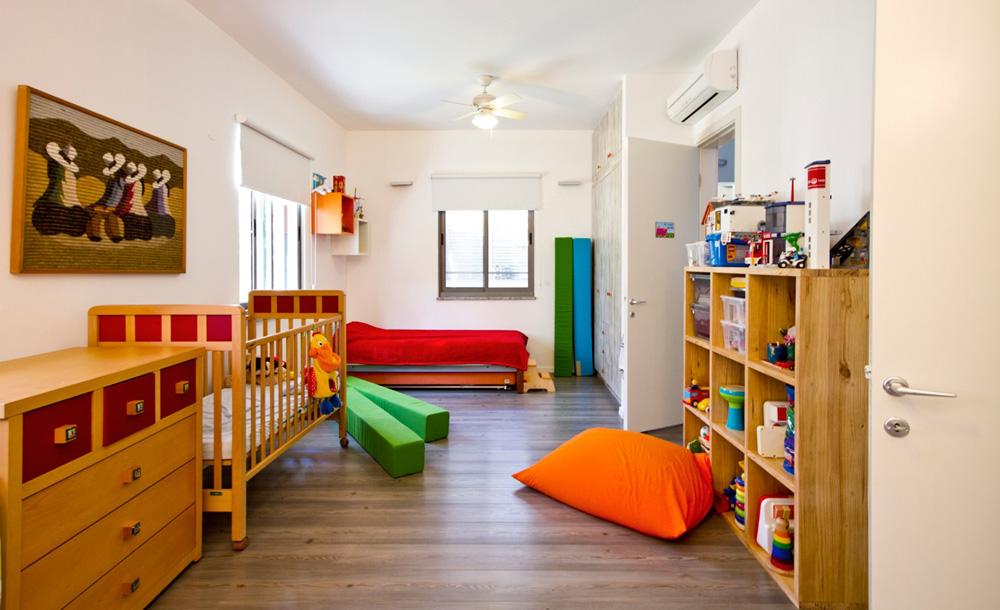 שלושת ילדי המשפחה קטנים, וחולקים חדר גדול. במחשבה קדימה תוכננו בחדר שתי דלתות, כך שיהיה אפשר לחלקו בעתיד באמצעות קיר שייבנה במרכזו (צילום: לוסיאנו סנטנדראו)