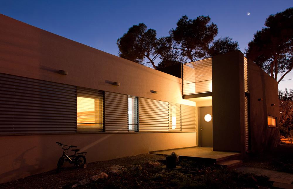 אבל האור חודר היטב דרך הפח המחורר (צילום: לוסיאנו סנטנדראו)