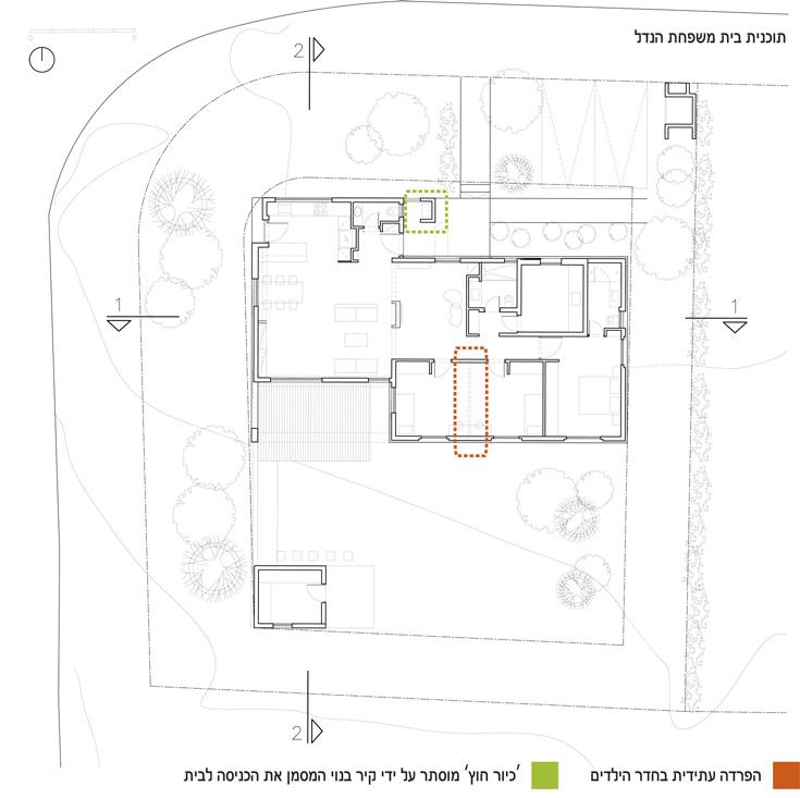 תוכנית הבית: החזיתות הארוכות פונות לצפון ולדרום. בירוק מסומנת הכניסה לבית, שבה כיור בנוי מוסתר. בכתום אפשר לראות איפה ייבנה בעתיד הקיר שיחלק את חדר הילדים הגדול והמשותף (צילום: SaaB Architects)