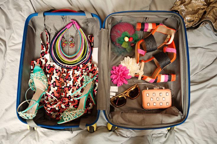 מימין: נעליים: זארה; כובע: קרן וולף;  סיכות פרחים: H&M; משקפיים: H&M; תיק: זארה;. משמאל: שרשרת: H&M; עגילים: מאדאם דה פומפדור; טופ: Made by Lilamist; נעלי קש: L.K Bennett לבינגו (צילום: גורן ליובונצ'יץ)