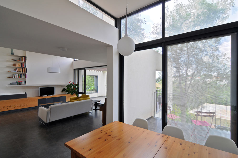 וילה בטבעון, בתכנונם של רוזנקיאר ולולב. ''מהמקום הזה, של תכנון בית פרטי בתקציב של חצי דירה קבלנית ברמת גן, צומחים חידושים'' (צילום: שי אדם)