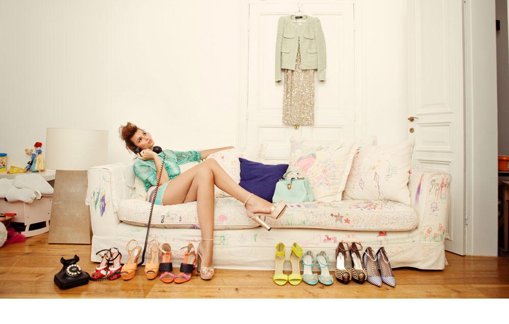 נשארה עם רגליים על הקרקע. מלכת היופי שני חזן. חולצה ירוקה מנוחשת: מיכל ומורן; חצאית פאייטים: זארה); נעליים: טוטסי; תיק: אייל לסטר; שמלה תלויה בוטיק סיון; ז'קט תלוי: זארה; נעליים למרגלות הספה, מימין לשמאל: אלדו, סטיב מאדן, L.K Bennett לבינגו, H&M , זארה, (שני הזוגות האחרונים) (צילום: גורן ליובונצ'יץ)