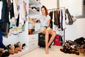 דדון בחדר הארונות שלה ושל בן זוגה, איש העסקים חמי בראל (צילום: ענבל מרמרי)