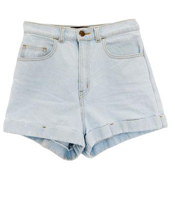 שורטס מג'ינס, אמריקן אפרל. ''פעם הייתי לובשת הרבה יותר שורטס, אבל היום אני מרגישה צורך ללבוש מכנסיים ארוכים ורחבים יותר'' (צילום: ענבל מרמרי)