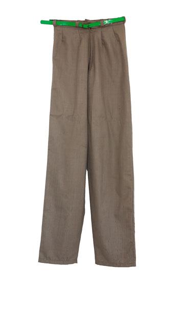 מכנסי בד אפורים עם חגורה ירוקה בעיצוב בן רביבו. ''כשעזבתי את הקריות לתל אביב, בן תפר לי את המכנסיים האלה'' (צילום: ענבל מרמרי)
