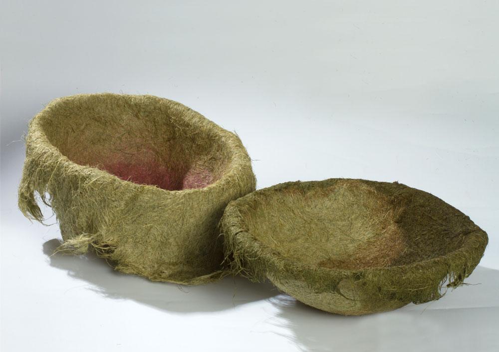 ''שירת העשבים'', הפרויקט של רונה מייק, ניחן בתוצאות פיוטיות. סדרת כלים המשמרת את היופי והאופי הטבעיים של החומר (צילום: רונן טופלברג)
