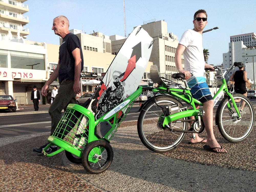 פוטנציאל שימושי ל''סל אופן'', פרויקט גמר של אודי רימון, שנועד לייעל את האופניים העירוניים של תל אביב-יפו (צילום: רונן טופלברג)