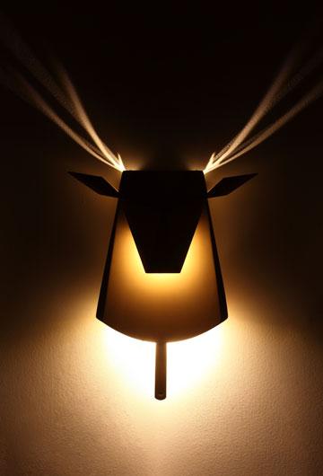 כמו מקל של ארטיק. מנורת לילה של חן ביקובסקי (צילום: רונן טופלברג)