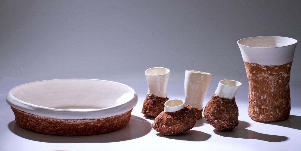 ''חקלאות קרמית'' של אורנית צור אריה היא סדרת כלים שנעשו בתבניות אדמה לצד תבניות גבס. חשיפת התהליך הלימודי (צילום: רונן טופלברג)