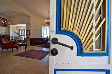 דלת הכניסה המקורית נצבעה מחדש (צילום: איתי סיקולסקי)