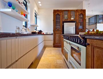 ישן וחדש במטבח: דלתות מסוריה יוצרות נישה למקרר, דלתות הארונות עשויות סרגלי עץ לבנים  (צילום: איתי סיקולסקי)