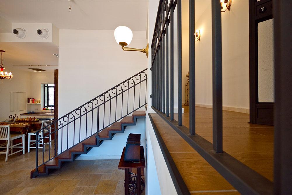 המדרגות שמובילות לקומת הגלריה. ההורים ביקשו לראות את המתרחש גם כשהם נמצאים במרחב הפרטי שלהם (צילום: איתי סיקולסקי)
