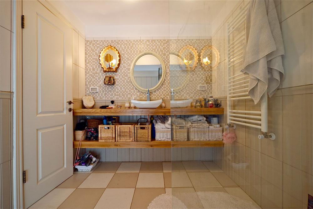חדר הרחצה של ההורים. דמקה בלבן ומוקה ומראה מוזהבת (צילום: איתי סיקולסקי)