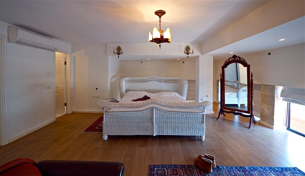 חדר השינה רחב הממדים, עם מיטת ''פרי סטנדינג'' במרכז (צילום: איתי סיקולסקי)