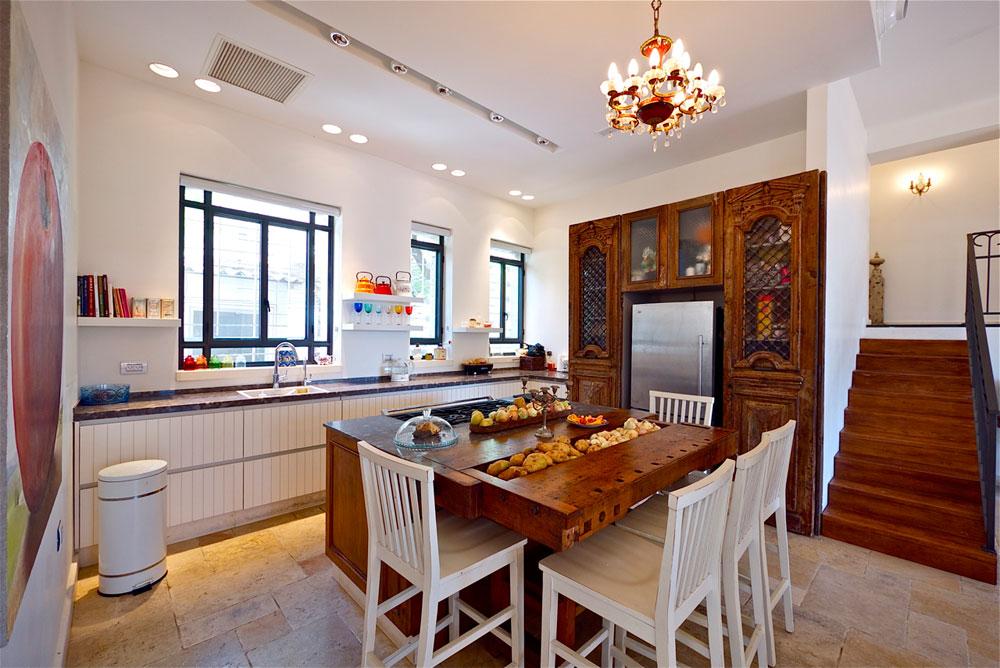 המטבח. דלתות סוריות שנקנו בשוק הפשפשים הפכו לנישה למקרר. שולחן נגרים הפך ל''אי'' ישיבה ואכילה (צילום: איתי סיקולסקי)