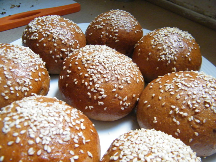 מאפה ביתי. לחמניות מתוקות מחיטה מלאה (צילום: שירי מזור )