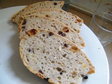 לחם גרנט עם פירות יבשים (צילום: שירי מזור )