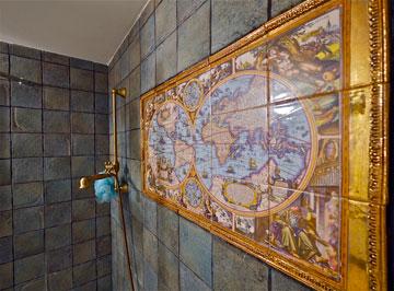 מפה מצוירת על אריחי חדר הרחצה של הילדים (צילום: איתי סיקולסקי)