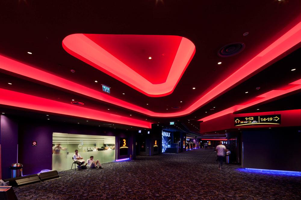 סקאלת הצבעים החמה, בשליטת האדום, מתחילה באור מלא והופכת לאפלולית יותר ככל שמתקדמים אל האולמות עצמם (צילום: אביעד בר נס)